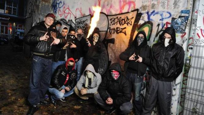 Wer steckt hinter diesen dreistelligen Zahlen-Tags? Die Strassenbande 187Hier: Front-Rapper Bonez (links) und Sprayer Frost (Flamme) in der Schanze