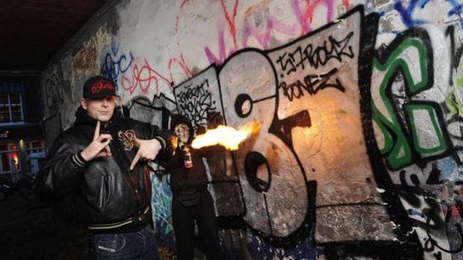 Wer steckt hinter diesen dreistelligen Zahlen-Tags? Die Strassenbande 187Hier: Front-Rapper Bonez (vorn) und Sprayer Frost in der Schanze